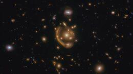 """Uno dei più grandi e completi anelli di Einstein mai visti. Gli astronomi lo chiamano """"l'anello fuso""""."""