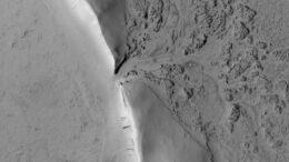 Si può vedere il punto in cui la lava ha sfondato il muro di un cratere marziano e ha iniziato a riempirlo