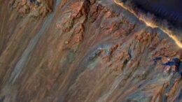 Cosa sta causando quelle frane su Marte? Forse sale sotterraneo e ghiaccio che si scioglie